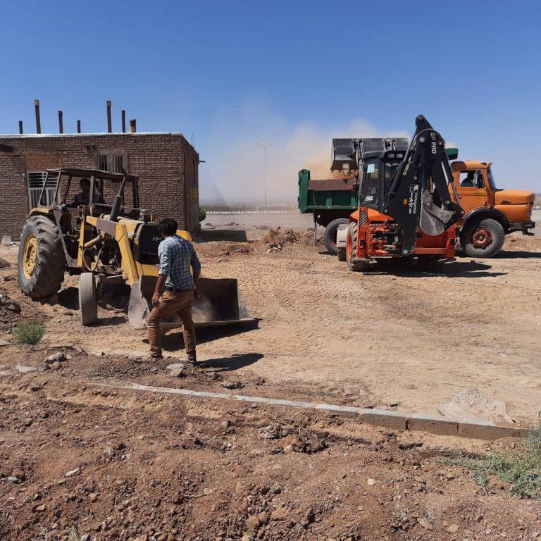 پاکسازی و نظافت مجتمع خدماتی بنیاد مسکن توسط نیرو های شهرداری باغستان