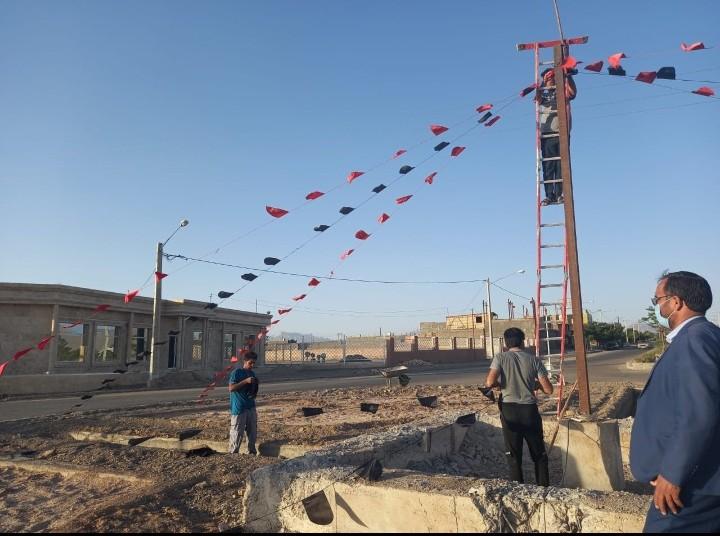 سیاه پوش نمودن سطح شهر بمناسبت فرا رسیدن ایام محرم توسط نیرو های شهرداری باغستان