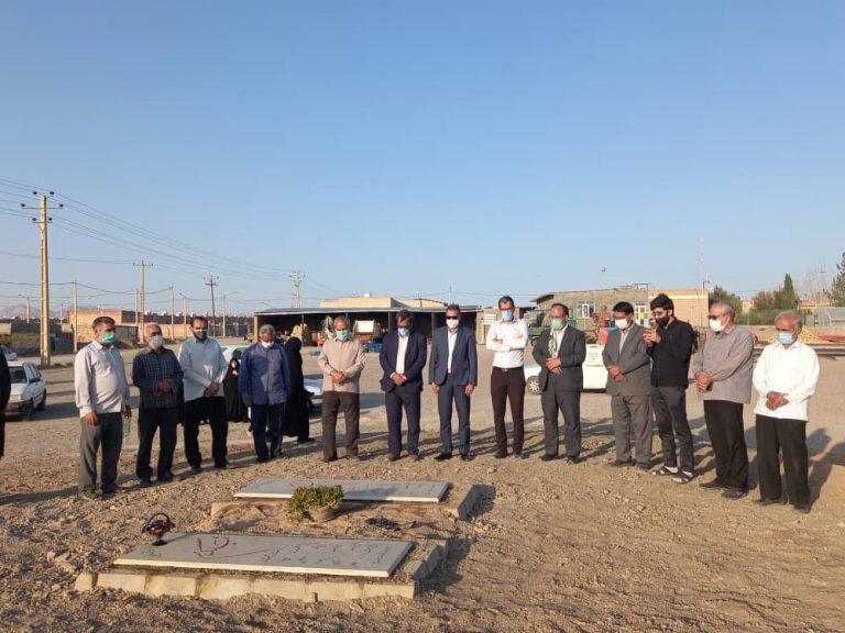 شرکت شهردار و اعضای شورای شهر در مراسم غبار روبی مزار شهدا در هفته دفاع مقدس